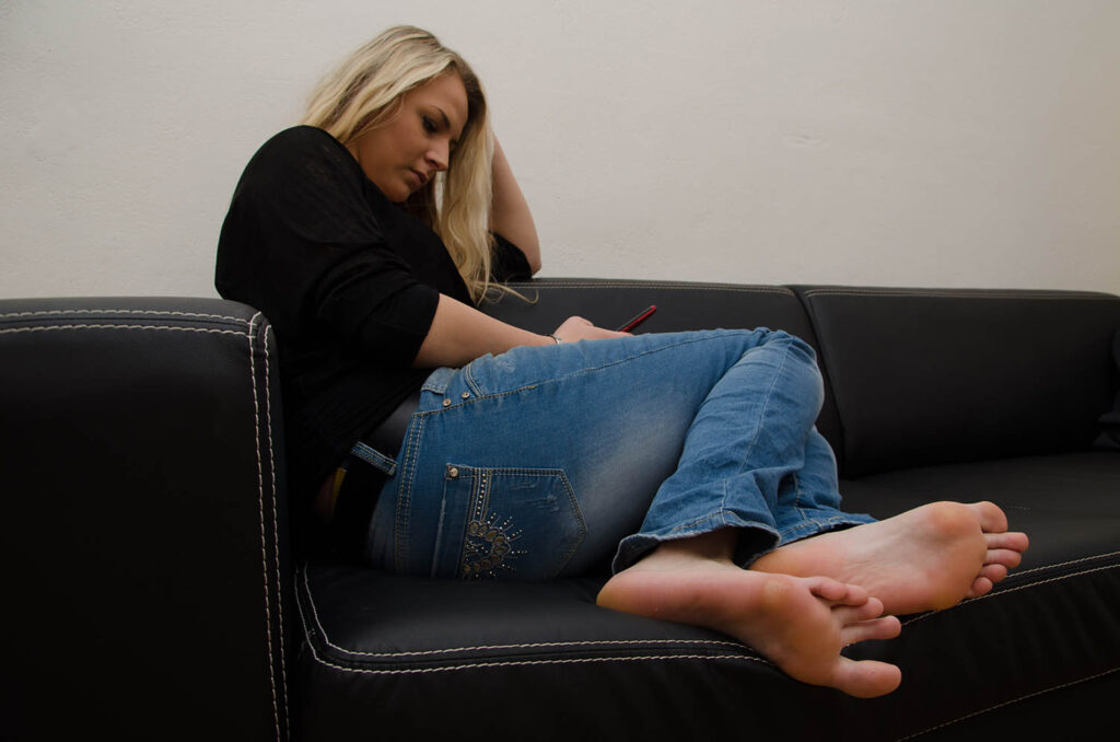 Feet of women, feet of girls, barefoot girls, women without shoes, soles of women's feet, foot fetish, feet girls, feet girls galleries, barefoot girls galleries